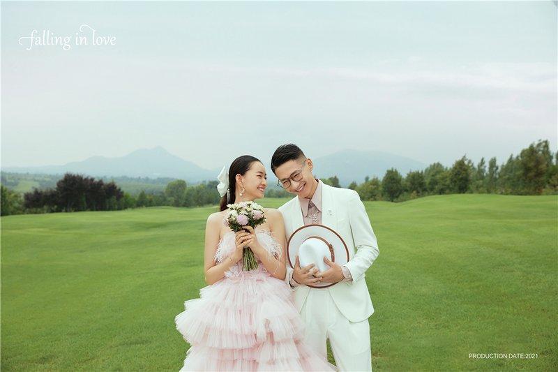 高尔夫草坪婚纱照系列  ·  充满浪漫又清新的草坪氛围,这样的场景拍成婚纱照,储存到相册集里,每一次翻看都是一次治愈