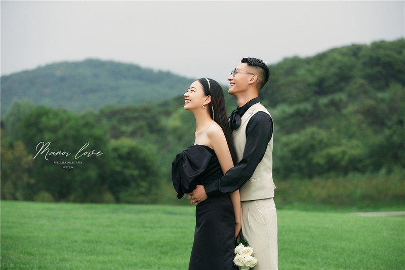 高尔夫草坪婚纱照系列  ·  摄影师用纪实镜头,捕捉高甜瞬间,两人可以在草坪尽情释放,让爱意在草坪婚纱照里蔓延
