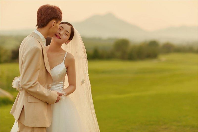 高尔夫草坪2.0系列  ·  甜蜜又浪漫的山顶夕阳电影感婚纱照,成为时下最受年轻人喜爱的室外婚纱照,不经意间的抓拍瞬间画