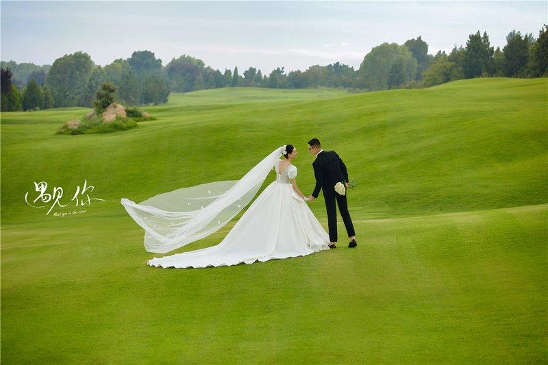 高尔夫草坪婚纱照系列  ·  干净又美好 轻盈又舒适,每一张照片都给人一种如沐春风的感觉,好似看了一部夏日里的爱情电影