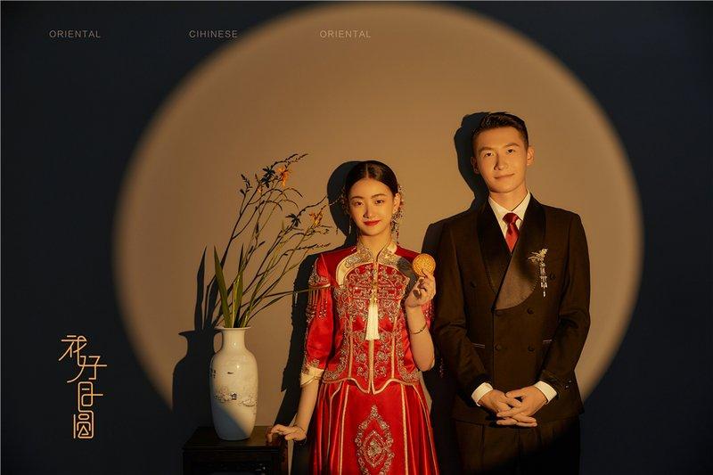 新中式花好月圆系列  · 摒弃了华丽的场景、夸张的妆容和繁杂的道具,也能感受到新人喜事喜庆的氛围