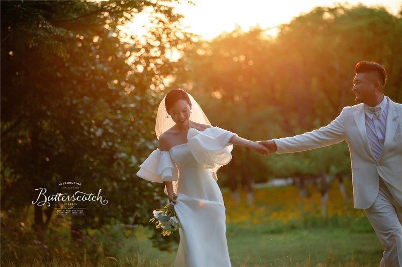 出发济宁2.0系列  · 镜头前 日光下,伴着黄色的自然滤镜,新人在草坪间轻吻相拥,人间浪漫都在这套婚纱照上呈现了出来