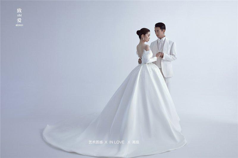 出发济宁2.0系列  · 干净、高级 是这套作品的关键词,如绸缎般的纯白婚纱在诉说着爱情的纯洁,高级且有设计感